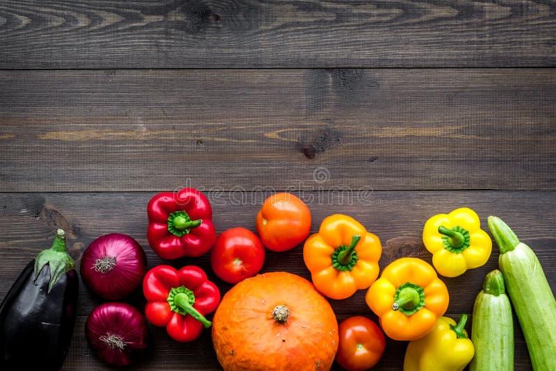 Baza zdrowa dieta Warzywa banie, papryka, pomidory, marchewka, zucchini, oberżyna na ciemnym drewnianym tło wierzchołku obraz stock