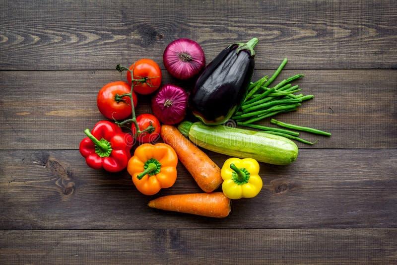 Baza zdrowa dieta Warzywa papryki, pomidory, marchewka, zucchini, oberżyna na ciemnego drewnianego tła odgórnym widoku zdjęcie stock