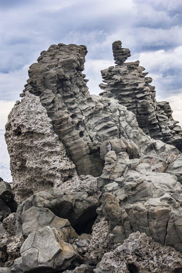 Bazaltowy kolumnowy w Acitrezza Sicily zdjęcia stock