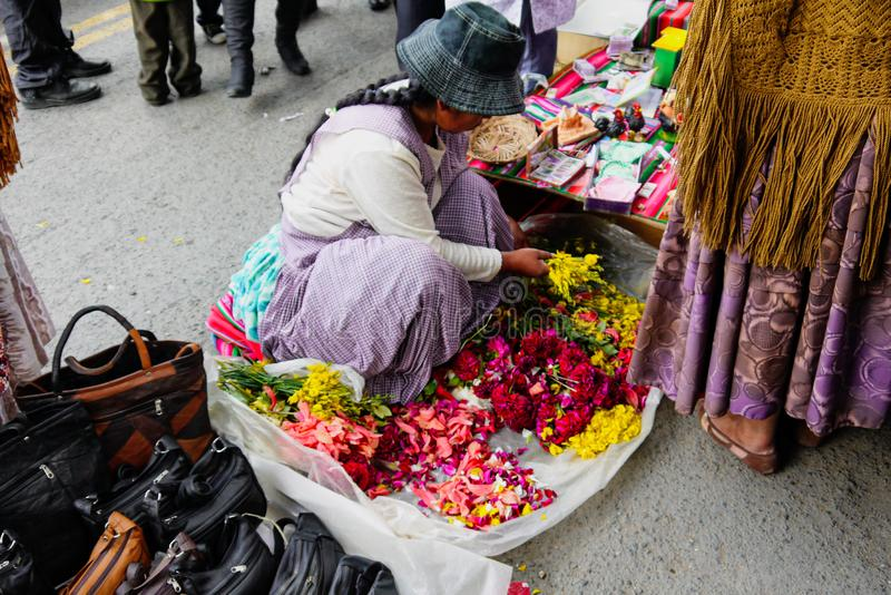 Bazar boliviano colorido em La Paz, Bolívia foto de stock royalty free