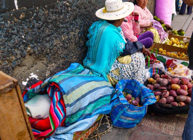 Bazar boliviano colorido em La Paz, Bolívia imagem de stock