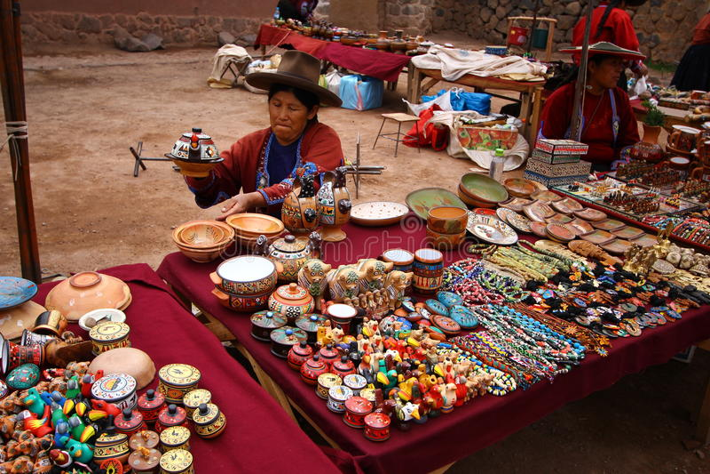 Bazar da lembrança em Raqchi. Peru imagem de stock