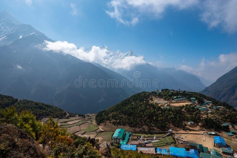 Bazar de Namche del baile de fin de curso de los picos de Himalaya imagenes de archivo