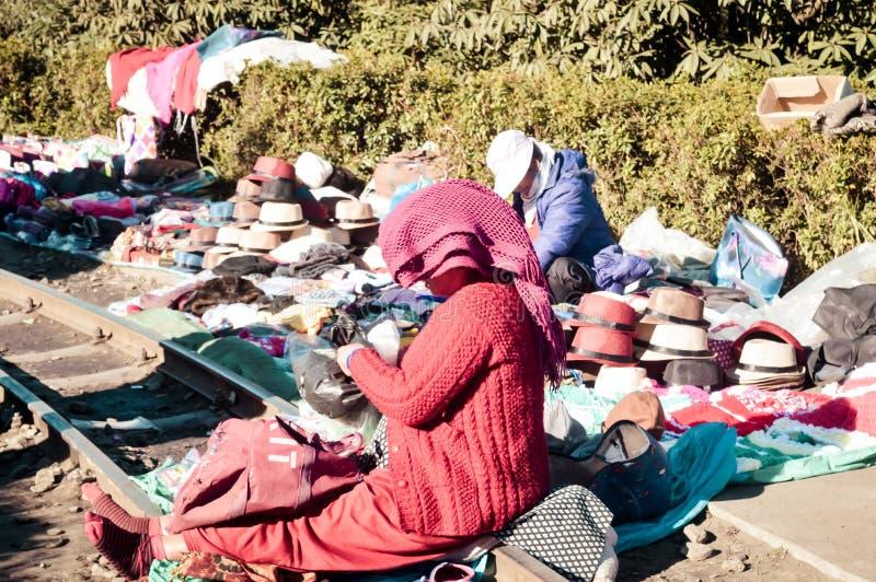 Bazar de police, Shillong Meghalaya l'Inde en décembre 2018 - un vendeur vendant le chapeau de couvre-chef ou le chapeau de la tr image stock