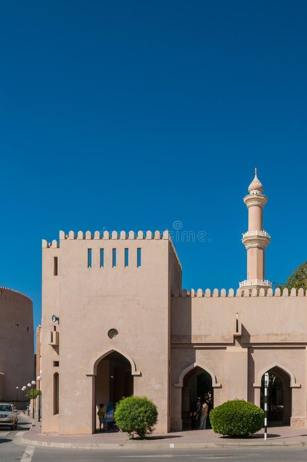Bazar de touristes devant le fort de Nizwa, Oman photo libre de droits