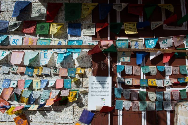 Bazar di Namche, Nepal - ottobre 14,2018: Le bandiere di preghiera strappano sul wa fotografie stock