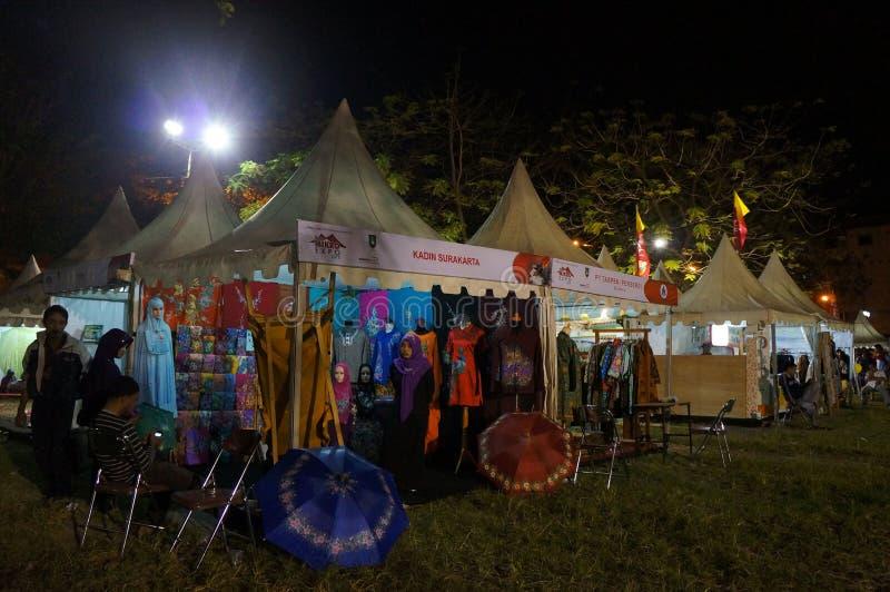 Download Bazar di notte immagine editoriale. Immagine di tenuto - 55358190