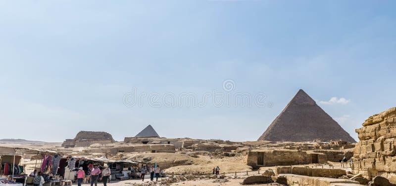 Bazar do presente nas grandes pirâmides do fundo de Giza imagens de stock royalty free