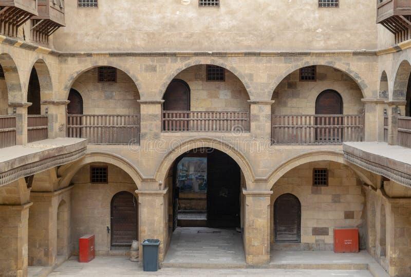 Bazaraa商队投宿的旅舍门面,当有圆顶拱廊和窗口盖由被插入的木栅格mashrabiyya,开罗,埃及 图库摄影