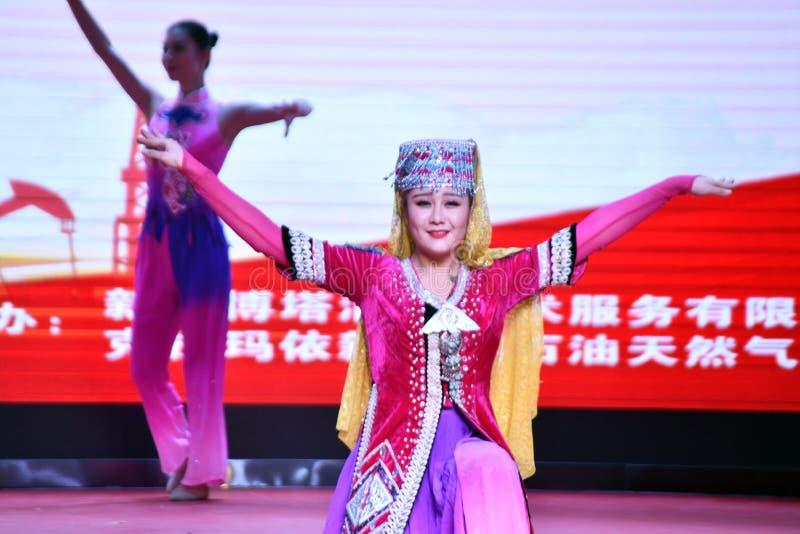 Bazhou, Xinjiang, China: Las empresas mezcladas de la propiedad realizan la actividad de 'tomar la cultura de los pueblos en hoga fotografía de archivo libre de regalías