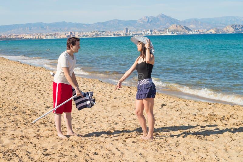 Bazig meisje op het strand stock afbeeldingen
