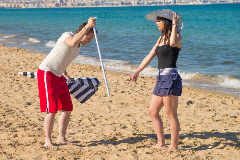 Bazig meisje op het zand stock fotografie