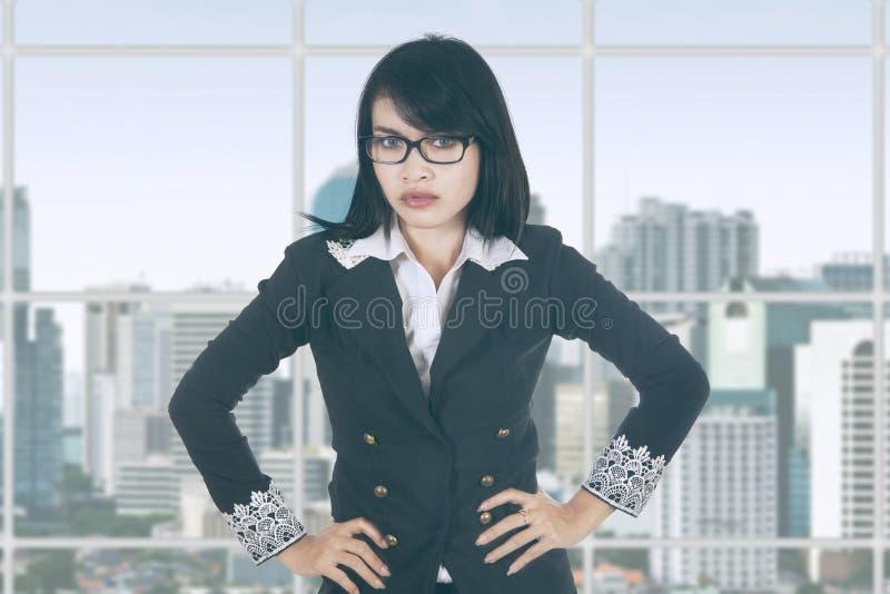 Bazige vrouwelijke ondernemer in bureau stock fotografie