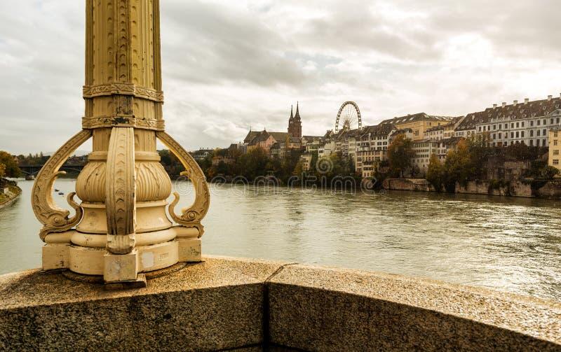 Bazylea z katedrą Munster i Ren na deszczowym dniu w Szwajcarii zdjęcia stock