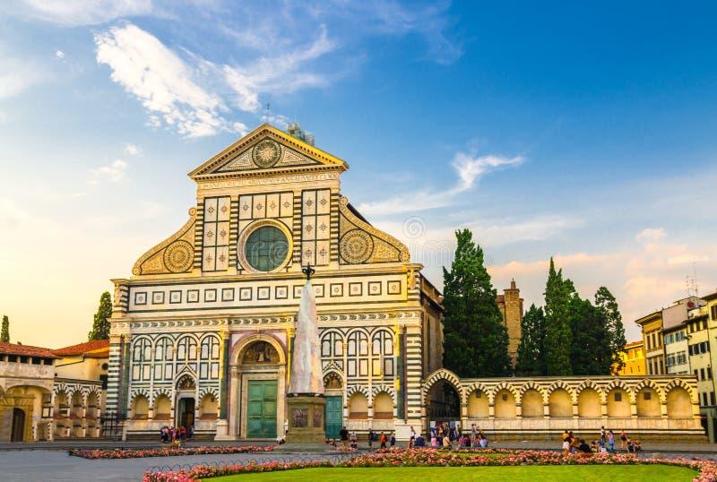 Bazylik di Santa Maria nowele i zielonej trawy gazon z kwiatami na piazza Santa Maria nowelach obciosują w Florencja obraz stock