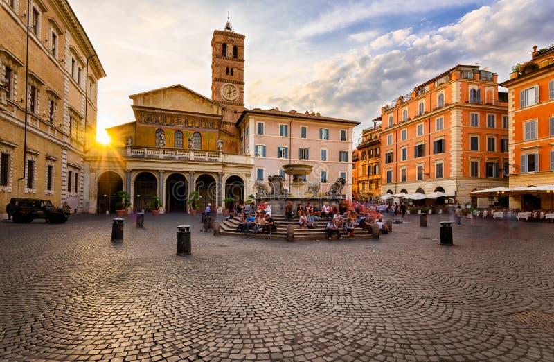 Bazylika Di Santa Maria w Trastevere i piazza Di Santa Maria w Trastevere przy zmierzchem, Rzym, Włochy zdjęcia royalty free