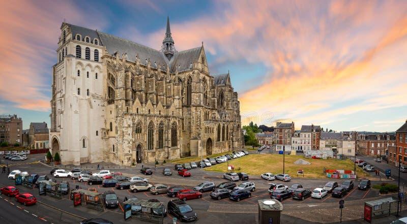 Bazylika saint quentin przy zmierzchu kościół w saint quentin, Aisne, Francja zdjęcia royalty free