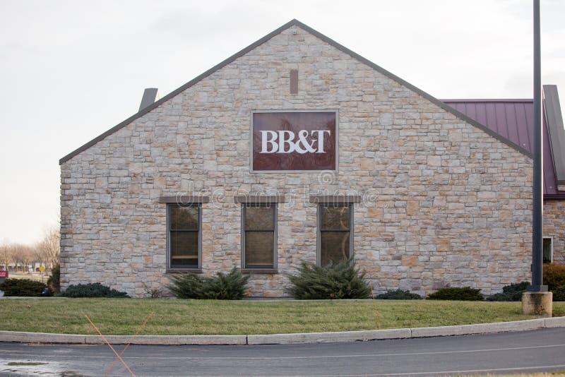 BB&T-Zeichen auf Bankgebäude mit ATM und Antrieb durch Wege BB&T-Bankfassade mit ATM und Antrieb durch Bankwesenzeichen lizenzfreie stockbilder