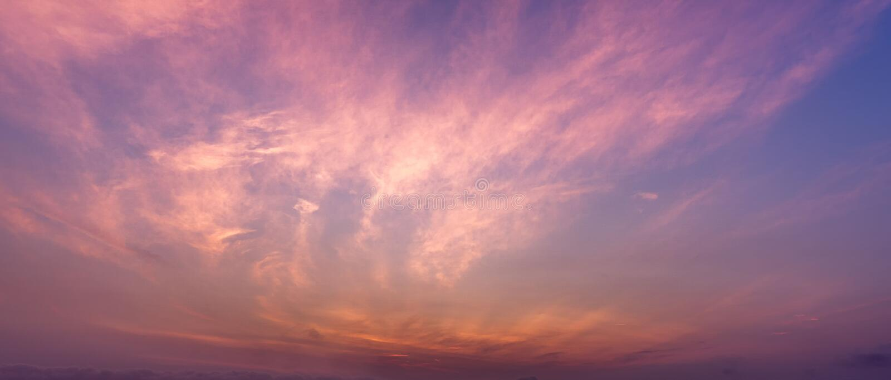 Bbackground-Bild der Panoramadämmerungs-Himmel- und Federwolkewolkenszene stockbild