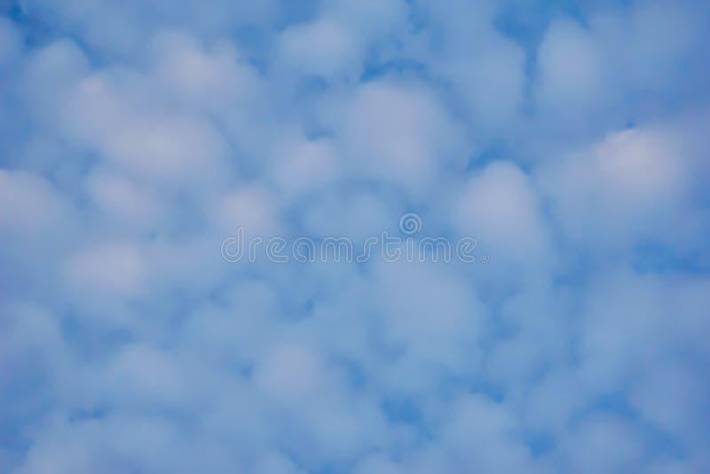 Bbeautiful天空有云彩背景 模糊的天蓝色或天蓝色的天空和云彩在明亮的白天太阳 库存照片