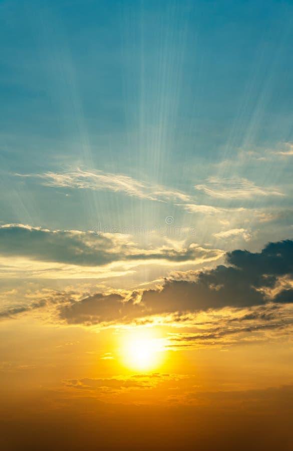 Bbeautiful-Naturhintergrund der Sonnenaufgang witih starken guten Seite und der Wolke auf dem Himmel am Morgen lizenzfreie stockfotos