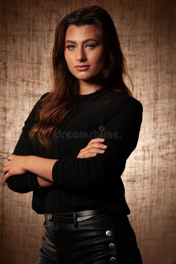 BBeauty-Portr?t der netten brunette Frau mit blauen Augen ?ber Schmutzbraunhintergrund lizenzfreies stockbild