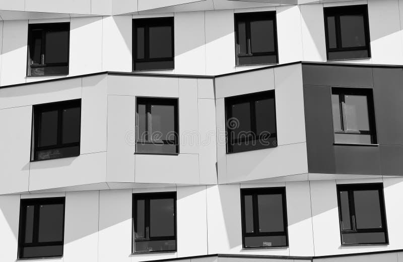Bblack e planos vivos brancos no fundo de Moscou fotografia de stock