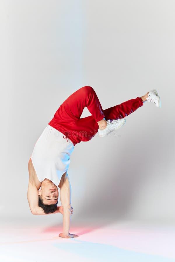 Bboy che fa alcune acrobazie acrobatiche - artista della via che breakdancing all'aperto fotografia stock