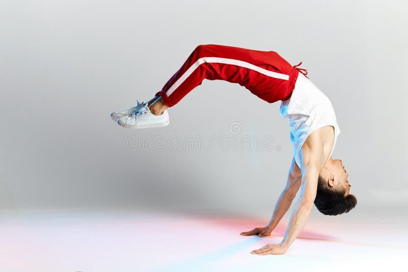 Bboy che fa alcune acrobazie acrobatiche - artista della via che breakdancing all'aperto immagine stock libera da diritti
