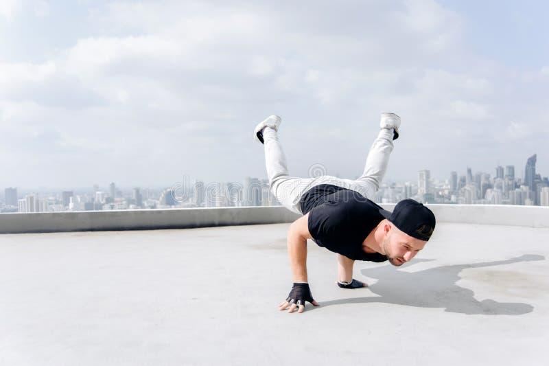 Bboy die sommige stunts doen Straatkunstenaar die in openlucht breakdancing royalty-vrije stock afbeelding