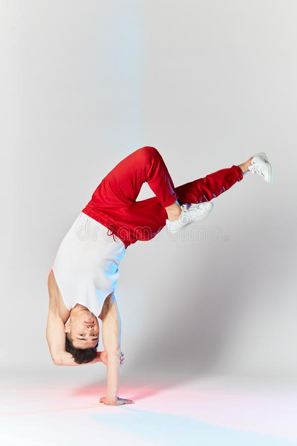 Bboy robi niektóre akrobatycznym wyczynom kaskaderskim - Uliczny artysta breakdancing outdoors zdjęcie stock