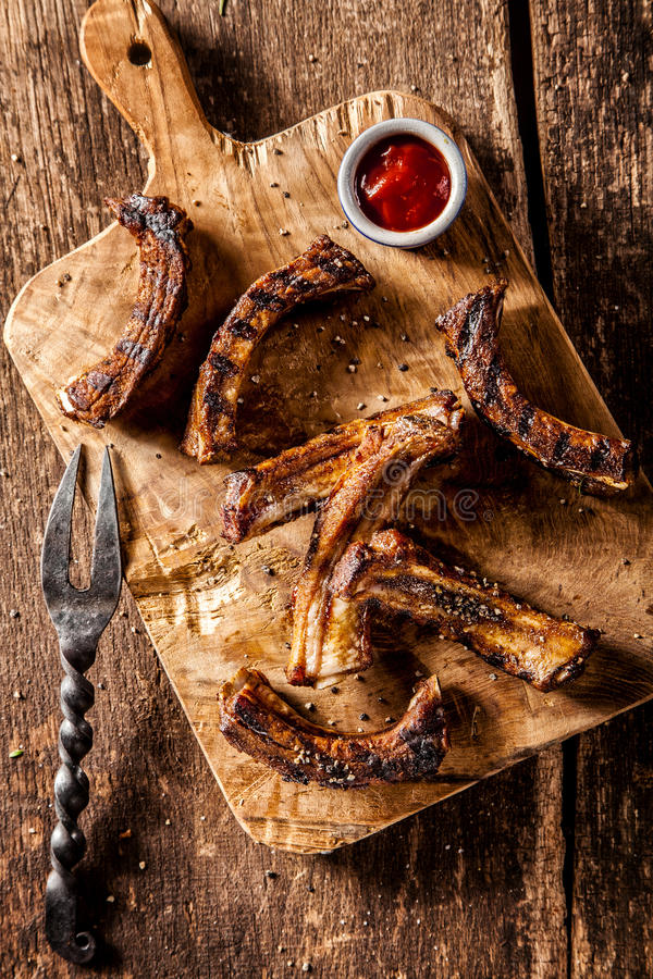 BBQ在木板供食的鹿肉排骨 免版税库存图片