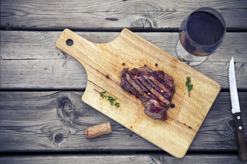 BBQ牛排 烤烤牛排肉用红葡萄酒和kn 免版税图库摄影