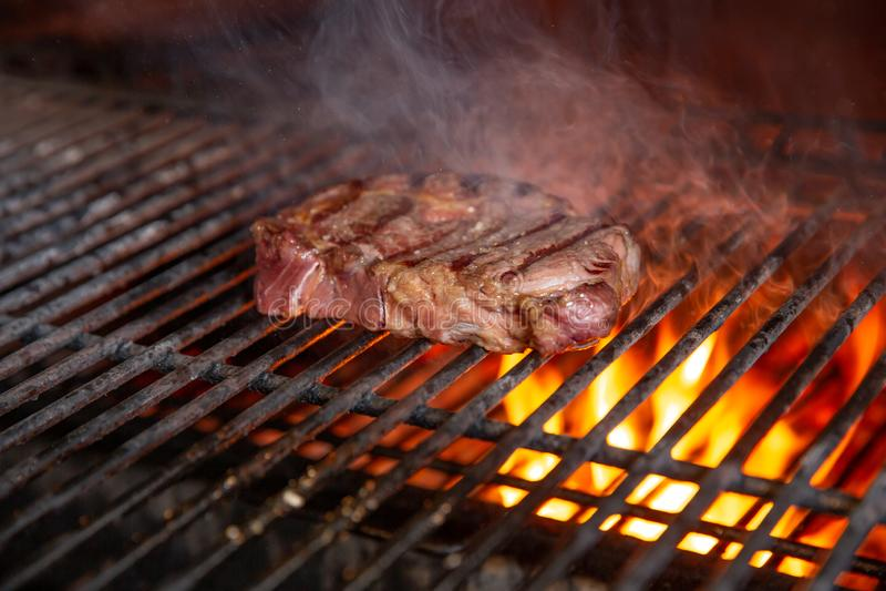 BBQ βόειο κρέας, σχάρα ξυλάνθρακα Κρέας ψητού και καπνού για το πικ-νίκ στοκ εικόνα