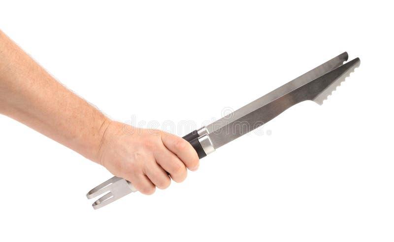 Bbq εκμετάλλευσης χεριών λαβίδες. στοκ εικόνα με δικαίωμα ελεύθερης χρήσης