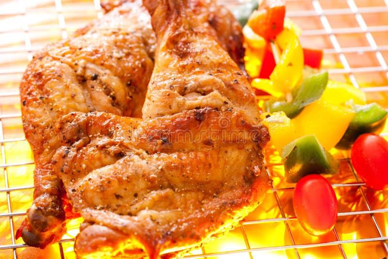 bbq κοτόπουλο που ψήνεται στη σχάρα στοκ φωτογραφία με δικαίωμα ελεύθερης χρήσης