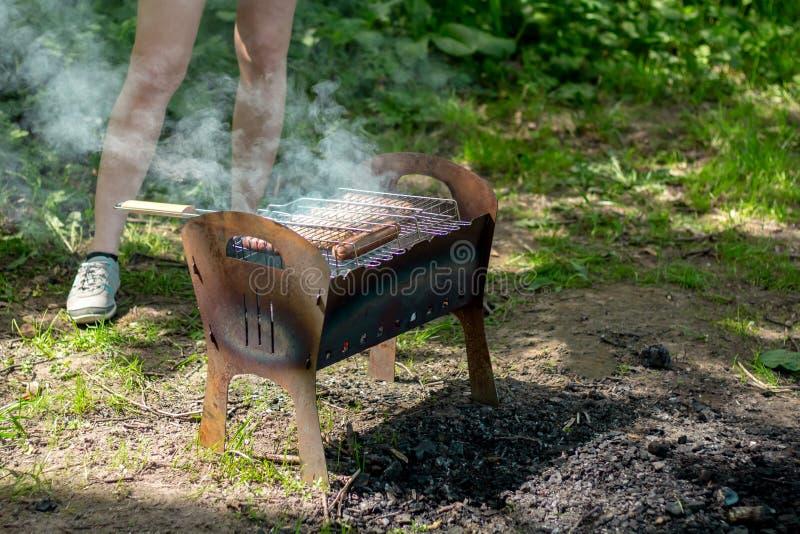 BBQ σχάρα με τον καπνό στη φύση, λουκάνικα σχαρών στοκ φωτογραφία με δικαίωμα ελεύθερης χρήσης