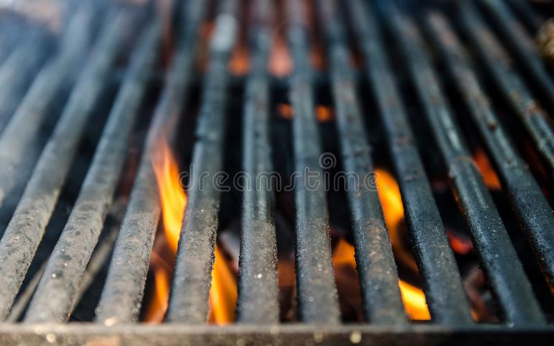 Bbq σχαρών οι στενές επάνω και φωτεινές καυτές φλόγες, εξωτερικό καλοκαίρι cookout, κενό καίγοντας ξύλο σχαρών με τον καπνό, θόλω στοκ εικόνες