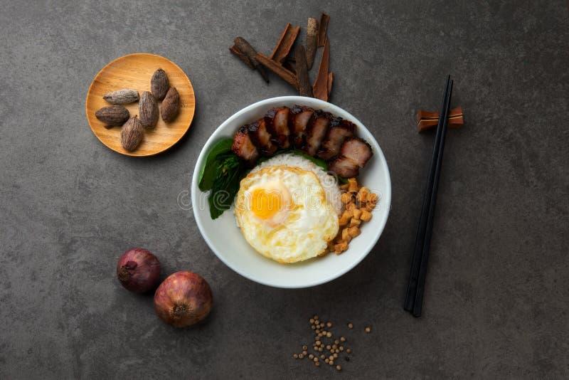 Bbq το τοπ u ρυζιού χοιρινού κρέατος με το υπόβαθρο και τα ακατέργαστα συστατικά στοκ εικόνες