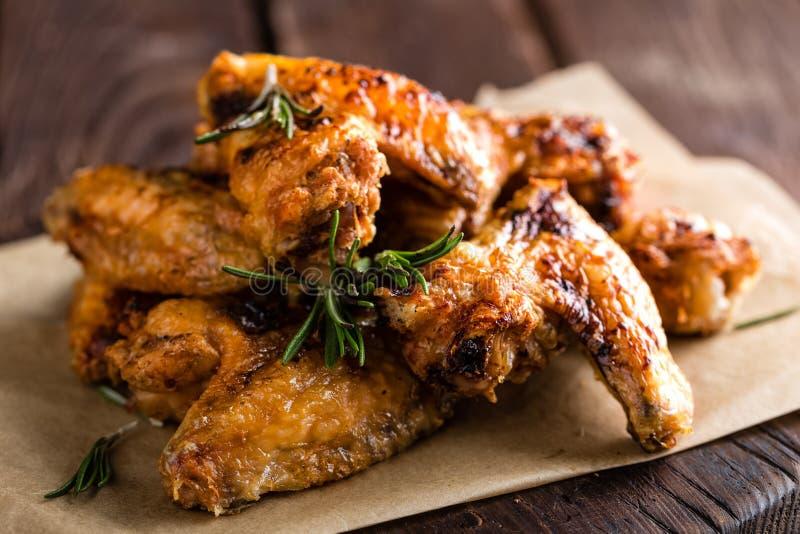 BBQ φτερά κοτόπουλου, πικάντικο ψημένο στη σχάρα κρέας στοκ εικόνα