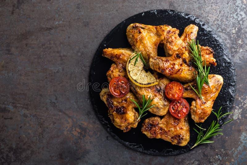 BBQ φτερά κοτόπουλου, πικάντικο ψημένο στη σχάρα κρέας στοκ εικόνα με δικαίωμα ελεύθερης χρήσης