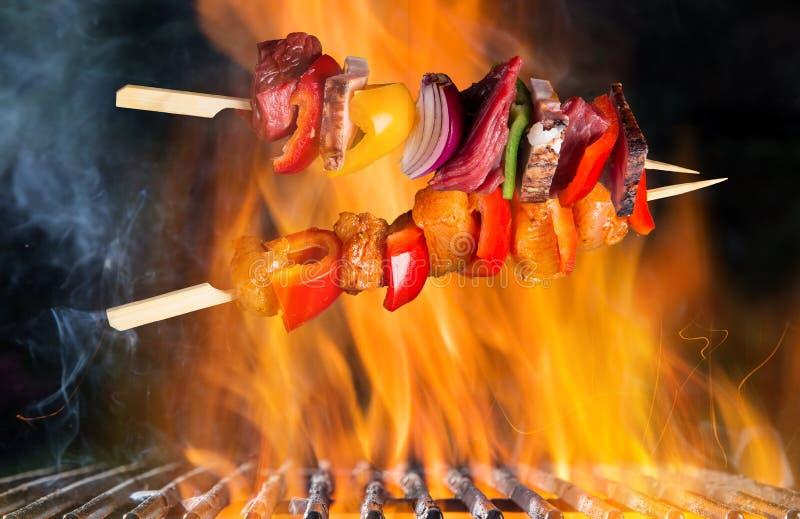 BBQ φλεμένος σχάρα χυτοσιδήρου ξυλάνθρακα με τα νόστιμα οβελίδια στοκ εικόνες