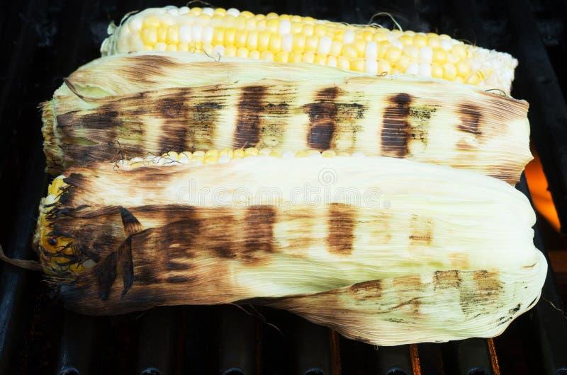 Bbq asado a la parrilla del maíz dulce imagen de archivo