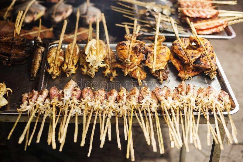 Bbq-asiatet grillade tioarmade bläckfisken i kepmarknaden Kambodja fotografering för bildbyråer