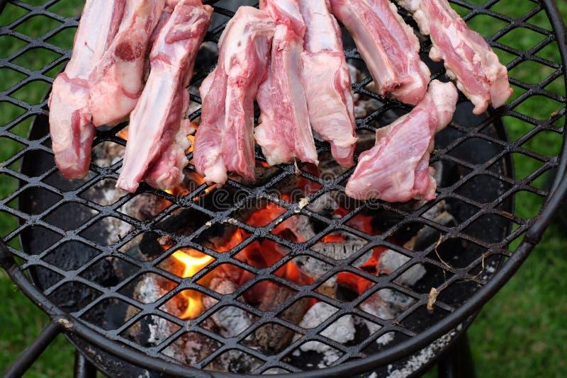 BBQ baranka ziobro smażący na gorącym węglu drzewnym obrazy stock