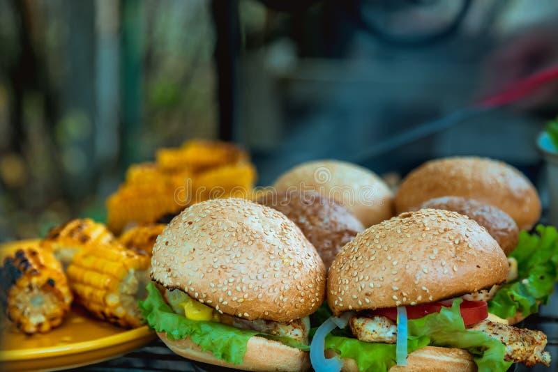 BBQ Burgers Borst met Groenten op de Hete Houtskoolgrill royalty-vrije stock afbeeldingen