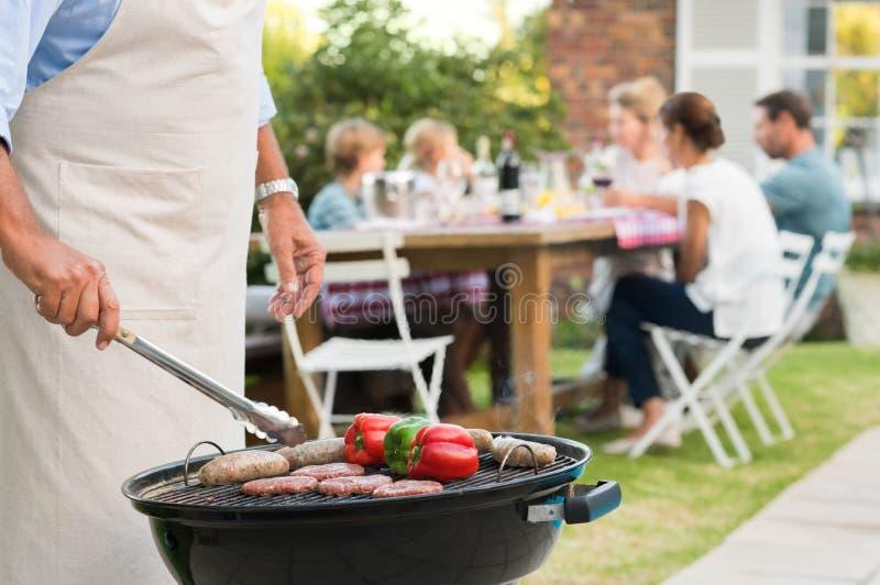 BBQ com família imagem de stock