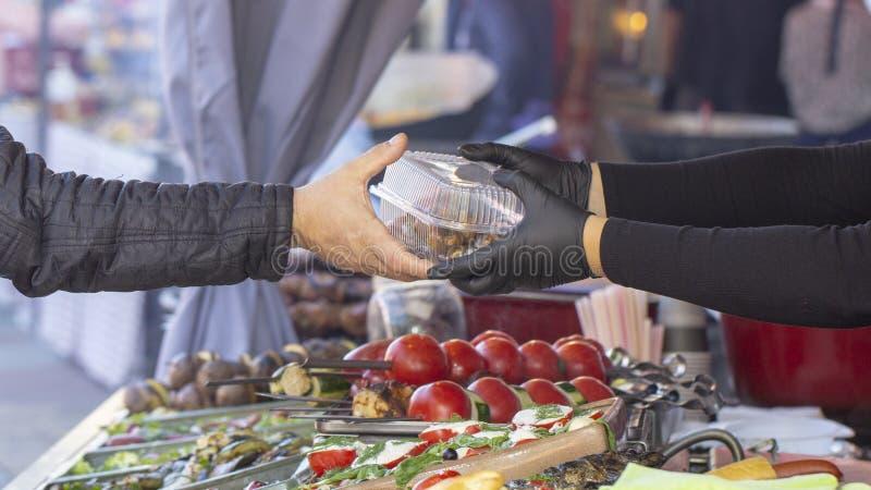 Bbq comida vegetariana de la calle Verduras y frutas que cocinan en un fuego abierto foto de archivo libre de regalías