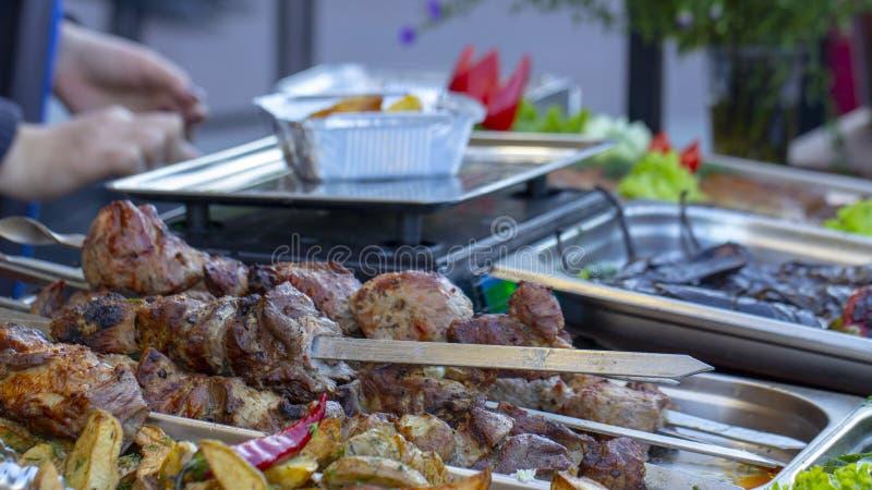 Bbq comida vegetariana de la calle Verduras y frutas que cocinan en un fuego abierto foto de archivo