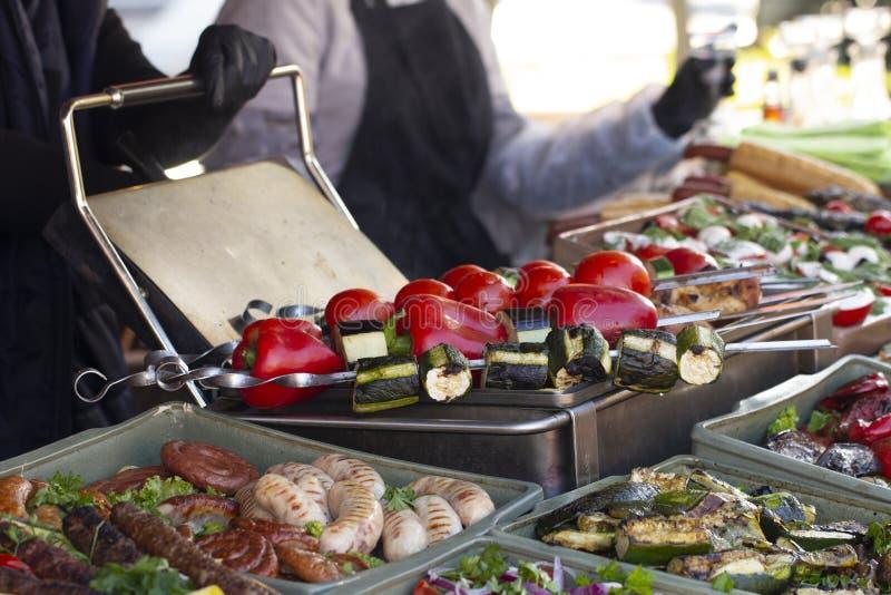 Bbq comida vegetariana de la calle Verduras y frutas que cocinan en un fuego abierto imagen de archivo libre de regalías